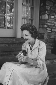 Pat Nixon and kitten. 1960 (by LIFE Photographer Ed Clark) Crazy Cat Lady, Crazy Cats, I Love Cats, Cool Cats, Celebrities With Cats, Celebs, Old Portraits, American Presidents, Cat People