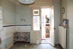 Ein altbackener Bau aus den 1930ern mit Einrichtung aus längst vergangenen Tagen wurde von Grund auf renoviert und in ein modernes und gemütliches Haus für die ganze Familie verwandelt.