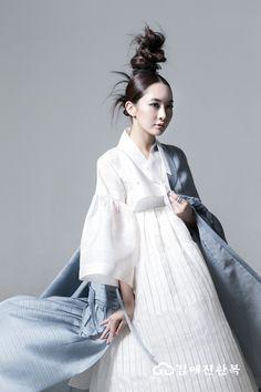 김예진한복 사진갤러리 Korean Traditional Dress, Traditional Dresses, Korean Dress, Korean Outfits, Korea Fashion, Japan Fashion, Hanbok Wedding, Modern Hanbok, Culture Clothing