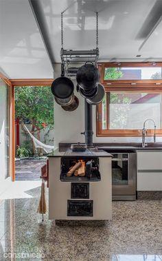 Resultado de imagem para fogao a lenha na cozinha Dirty Kitchen, Rustic Kitchen, Kitchen Decor, Sweet Home, Concrete Kitchen, Kitchen Pictures, Interior Design Kitchen, Firewood, Home Kitchens