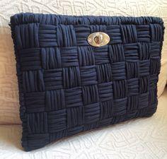 Plastik Kanvas Çanta Modelleri - Unkempt Tutorial and Ideas Bag Crochet, Crochet Clutch, Crochet Handbags, Crochet Purses, Love Crochet, Crochet Yarn, Diy Clutch, Clutch Bag, Yarn Bag