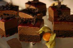 Brownies-suklaamousseleivos mustaherukkakiilteellä.
