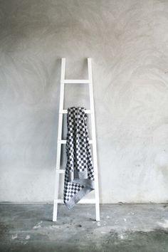Origineel in Nederland geweven pompdoek! Oud Hollandse sferen herleven met dit stoere, grijze tafelkleed op tafel. Ook hebben we bijpassende servetten die je hierbij kunt bestellen. 150 x 150 cm