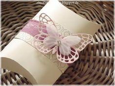 Eine große Pillowbox in einem Traum aus Vanille Pur, Designerpapier Zeitlos elegant, Schleifenband und zwei Schmetterlingen....ein wenig Strass durfte natürlich nicht fehlen ;-)