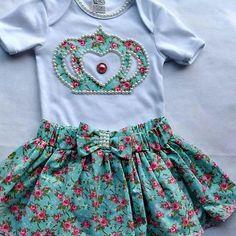 Resultado de imagem para body para bebe menina com coroa e nome Baby Shower Gifts To Make, Short Niña, Baby Costumes, Sport Casual, Baby Sewing, African Fashion, Baby Dress, Boho Shorts, Kids Outfits