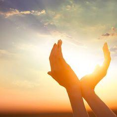 Pensamento do dia:  Tudo é temporário. Fomos criados para viver em um mundo limitado pelo tempo. Tudo aqui tem começo meio e fim. Não escolhemos a família onde nascemos e onde somos criados mas aprendemos a amá-los e respeita-los e compreendemos que o laço da família é o laço quem vem de Deus. Temos também os irmãos que não são de sangue os irmãos em Cristo. E todos estamos tentando sobreviver agindo a partir do nosso nível de consciência e espiritualidade. Todos fazemos parte do mesmo mundo…