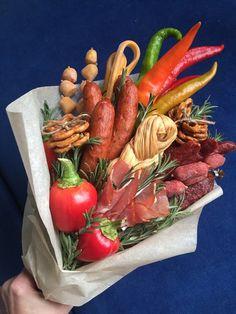 Розмарино Мужские Букеты из колбасы Vegetable Bouquet, Food Bouquet, Queens Food, Organic Packaging, Edible Bouquets, Edible Gifts, Fruit And Veg, Food Humor, Flower Centerpieces