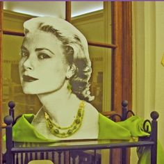 movie-star-necklace-display-grace-kelly