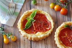 Baskets with tomato and ricotta