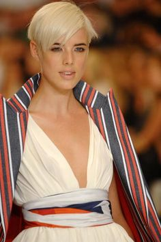 The Vidal Sassoon Effect: A Look Back at His Famous Cuts From the to Now: Agyness Deyn in The greatest Vidal Sassoon homage hair ever. Cool Short Hairstyles, 2015 Hairstyles, Celebrity Hairstyles, Hair Styles 2014, Curly Hair Styles, Vidal Sassoon Hair Color, Hair Threading, Blonde Pixie Cuts, Short Hair Trends
