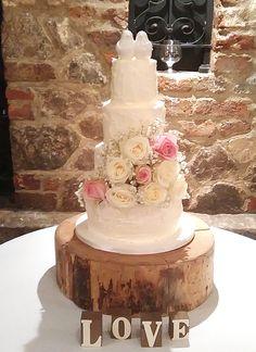 What a beautiful wedding cake