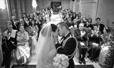 Leuk idee voor tijdens de ceremonie. Een foto van een kus met familie op de achtergrond