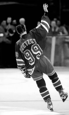 Wayne Gretzky plays his last game in the NHL. Ice Hockey Rules, Hockey Games, Hockey Mom, Hockey Stuff, Bruins Hockey, New York Rangers, Rangers Hockey, Wayne Gretzky, Last Game