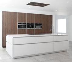 Wildhagen | Strakke moderne keuken met houten kasten wand en greeploos kookeiland. www.wildhagen.nl #designkeuken