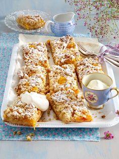 Aprikosenkuchen für Alle - vom Blech und mit Streuseln verfeinert. Das Tolle: Boden und Streusel werden aus einem Teig gemacht. Das
