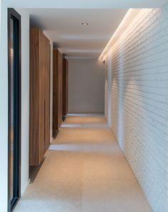 maison moderne design intrieur contemporain couloir brique blanche et bois architecte - Maison Moderne Blanche