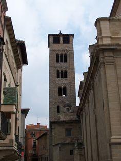 Vic, Barcelona. Vic tiene uno de los cascos históricos más importantes y mejor conservados en toda #Cataluña, donde podrá visitar monumentos históricos.    #Catedral de San Pere de Vic