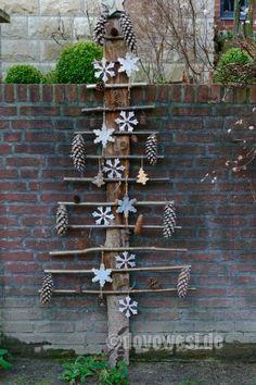 Ein Baum aus einem Brett mit Haselnussästen, Sternen und Zapfen, lässt es auch an der Grundstücksmauer ein wenig weihnachtlich aussehen. Ich wünsche Euch eine frohe und friedliche Weihnacht! (5.136 Besuche, 7 davon heute)