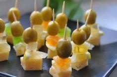 Канапе с сыром и оливками на шпажках
