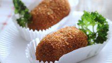 Eke: 'Garnalenkroketjeszijn onweerstaanbaar; krokant van buiten, zacht van binnen. Eet ze met mayonaise, mosterd is te sterk.' garnalenkroketjes met krokante peterselie hapje |±8 kleine kroketjes 2 sjalotjes, fijngesneden 25 g boter 30 g bloem + bloem om in te rollen 150 ml gevogeltefond nootmuskaat 100 g Hollandse garnalen 1 ei, losgeklopt paneermeel olie of frituurvet …