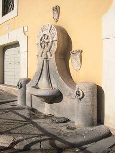 Fontana del Timone : in Lungotevere Ripa a Trastevere , piccola fontana costruita in travertino, nel 1930, su disegno dell'architetto Pietro Lombardi, e sistemata proprio di fronte all'antico porto di Roma scomparso nel 1870 in seguito alla costruzione dei muraglioni del Tevere.