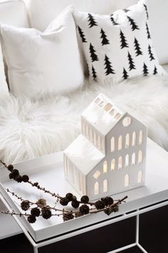 Een witte kerst, combineer verschillende materialen en wit tinten voor een warm effect. Via - Mitt Lille Hjerte