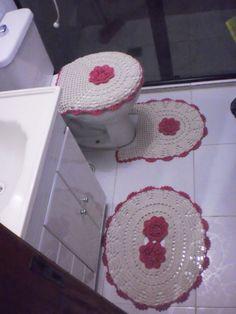 Jogo de banheiro em barbante, três peças. Tapete da pia 57cm x 53cm Tapete pé do vaso 51 cm x 45cm Tampa do vaso 54 cm x 52cm (tampa de vaso utilizada na foto 38cmx45cm). Frete gratis R$ 90,00