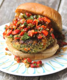 Sub flax for the egg! Quinoa Veggie Burger with Roasted Red Pepper Relish - Recipes, Dinner Ideas, Healthy Recipes & Food Guide Quinoa Veggie Burger, Meatless Burgers, Vegan Burgers, Salmon Burgers, Burger Recipes, Veggie Recipes, Vegetarian Recipes, Cooking Recipes, Healthy Recipes