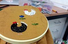 꼬꼬닥 꼬꼬댁에 반하다 #그녀의 #마음은 #저멀리 #딴곳에 #embroidery #handembroidery #flower #wildflowers #happiness #needlework #needlepoint #chicken #chickenillustrations #야생화자수 #자수 #자수클래스