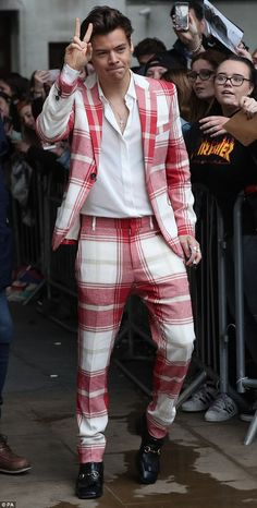 Harry Styles suits are something that needs to be spoken about in this fashion world. Harry Styles suits are something that can give us all inspiration. Harry Styles Baby, Harry Styles Mode, Harry Styles Funny, Harry Styles Pictures, Harry Styles Imagines, Harry Styles Fashion, Zayn Malik, Vivienne Westwood Suit, Tartan Suit