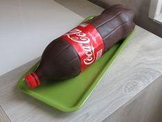 Vous allez être bluffé !!!! Mais que cache donc cette bouteille , et bien tout simplement , ceci est un gâteau . Original non !! .................DEROULEZ......
