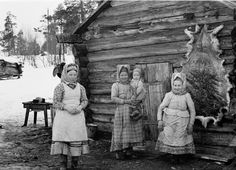 Skolt Sámi women with their children in Suonikylä Finland in 1942 History Of Finland, Kola Peninsula, Lappland, People Photography, Story Inspiration, Tolkien, People Around The World, Alter, South America