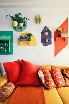 Colorful Retro Living Room With A Yellow And Red Sofa And Bright Touches Buntes Retro Wohnzimmer mit einem gelben und roten Sofa und hellen Noten, Retro Living Rooms, Living Room Decor, Living Room Furniture Images, Cabin Furniture, Western Furniture, Rugs In Living Room, Dining Room, Retro Home Decor, Cheap Home Decor