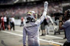 Hamilton az új szerződésével heti (!) 262 millió forintot fog keresni