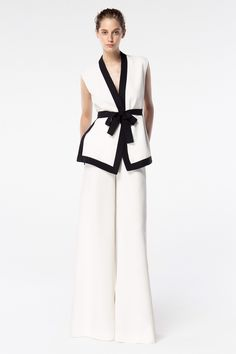 Ch Carolina Herrera Spring 2016 Look as seen on Lily Aldridge Carolina Herrera Perfume, Work Fashion, Fashion Design, London Fashion, Fashion Shoes, Moda Chic, Block Dress, Mode Hijab, White Outfits