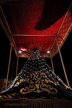 El manto de la imagen de la Virgen Dolorosa, captada el Viernes Santo por la noche, en la procesión del Santo Entierro, en el Barrio Abajo de Tegucigalpa.