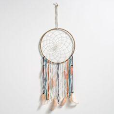 Attrape rêve, Vasco AM.PM : prix, avis & notation, livraison.  Cercle métallique recouverte de tissu agrémenté de plumes et de perles.Dimensions : L.23 x H.65 x P0,5 cm.