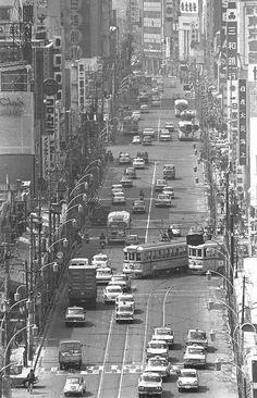 新宿3丁目付近から見た都電が走る新宿通り。奥が駅東口方面=東京都新宿区で1965年、写真家の中谷吉隆さん撮影 Old Pictures, Old Photos, Vintage Photos, Best Sites, Tokyo Japan, Time Travel, Street Photography, New York Skyline, Scenery