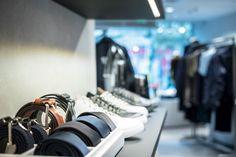 Tiger of Swedens butik på huvudgatan Kurfürstendamm har svarta bakväggar och silverfärgad inredning som lyfter fram kollektionen. De betongklädda... New Interior Design, Tiger Of Sweden, Product Launch, Sneakers, Projects, Tennis, Sneaker