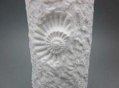 Dies ist eine beeindruckende, kunstvoll skulpturierten Vase mit Fossil Motiv Relief und zylindrischer Form. Es wurde vom deutschen Porzellan