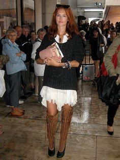 Para quebrar o romantismo dos vestidos brancos de renda a Hanneli Mustaparta e a Taylor Tomasi Hill optaram por botas pesadas. No look da Hanneli ela usou com botinha curta e meia grossa preta aparecendo. Já a Taylor Tomasi jogou um suéter pesado por cima do vestido e escolheu botas over the knee. Lindas as …
