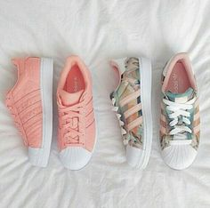 Wheretoget - Pastel pink Adidas Superstar sneakers and pastel print Adidas Superstar sneakers: Cute Shoes, Women's Shoes, Me Too Shoes, Shoe Boots, Shoes Sneakers, Sneakers Fashion, Black Shoes, Fashion Shoes, Sneakers Style