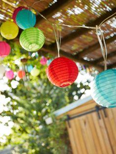 Décorer son extérieur et apporter de la lumière pour les soirées d'été, rien de plus simple avec une guirlande lumineuse colorée. Et le tout à petit prix. #castorama #inspiration #decoration #ideedeco #tendancedeco #jardin #exterieur #amenagement #guirlandelumineuse #guirlande #lampions #luminaire #terrasse #decorationexterieur