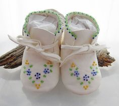 Beaded Baby Moccasins and Soft Soled Shoes made of soft deer hide. Indian Beadwork, Native Beadwork, Native American Beadwork, Beaded Moccasins, Baby Moccasins, Beading Patterns Free, Beaded Jewelry Patterns, Baby Moccasin Pattern, Native American Moccasins