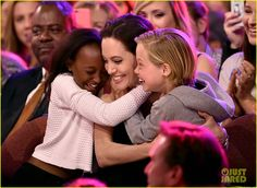 Angelina Jolie hugs Zahara Marley Jolie-Pitt and Shiloh Nouvel Jolie-Pitt after winning award for Favorite Villain in 'Maleficent' during Nickelodeon's Annual Kids' Choice Awards held at The Forum on March 2015 in Inglewood, California. Angelina Jolie Fotos, Angelina Jolie Shiloh, Angelina Jolie Daughter, Angelina Jolie Children, Jolie Pitt, Le Jolie, Brad And Angelina Divorce, Brad Pitt Daughter, Shiloh Pitt