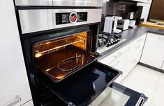 So you clean the oven with vinegar - the best way! Vinegar for oven cleaning is by far the best way. A classic housewife trick that really works! Here& how to clean your oven with the least effort. Oven Cleaning Hacks, Cleaning Oven Racks, Self Cleaning Ovens, Household Cleaning Tips, Household Cleaners, House Cleaning Tips, Spring Cleaning, Glass Cleaning, Kitchen Cleaning