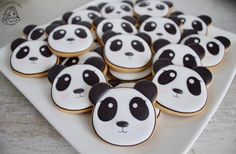 Panda cookies / panda koekjes / traktatie koekjes / Droomkoekjes Cookie Icing, Royal Icing Cookies, Black And White Cookies, Bear Cookies, Panda Party, No Bake Cake, Cookie Decorating, Cookie Recipes, Treats
