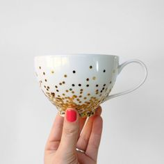 This DIY gold confetti dipped mug is actually dishwasher safe!