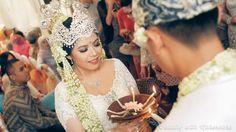 Mahkota pada pengantin perempuan dalam pernikahan adat Sunda, menutupi dahi. Persamaannya dengan pernikahan adat Jawa pada roncean bunga melati yang menjuntai di sisi kepala hingga dada pengantin dan lima tangkai bunga yang terbuat dari logam yang terletak di bagian belakang.