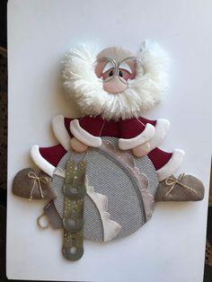me ~ Babbo piatto su palla Christmas Elf Doll, Christmas Stocking Kits, Primitive Christmas, Felt Christmas, Christmas Time, Christmas Stockings, Christmas Crafts, Clear Christmas Ornaments, Christmas Tree Toppers